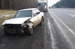 На Минке «Тойота» налетела на отбойник после столкновения с тягачом