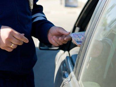 19-летний шофер ВАЗа с нечитаемыми номерами предъявил гаишникам липовые права