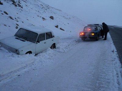Сотрудники ДПС спасли от замерзания пассажиров сломавшейся машины