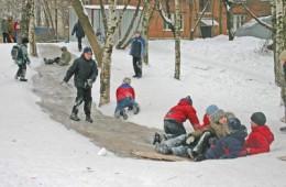 Сотрудники ГИБДД обследовали ледяные горки Смоленска