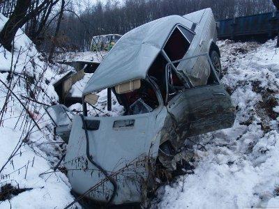 На 2-м Верхнем Волоке молодая автоледи на «Ладе» вытолкнула «шестерку» в кювет