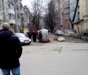 В смоленском дворе перевернулась машина