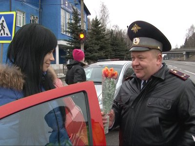 Автоледи в честь 8 Марта получили цветы и подарки от главного автоинспектора
