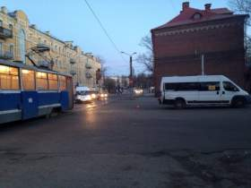В Смоленске маршрутка столкнулась с трамваем