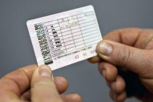 В России начинают выдавать водительские удостоверения нового образца