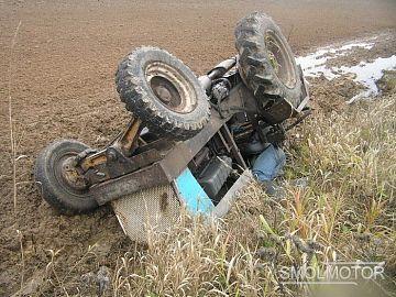 В Смоленской деревне перевернулся трактор с прицепом.