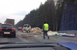 На трассе М1 столкнулись фура и микроавтобус, есть пострадавшие.