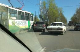 В Смоленске трамвай протаранил Фольксваген Туарег