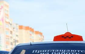 В Смоленске машина такси протаранила стоящий автомобиль.