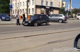 В Смоленске автомобиль провалился в огромную яму.