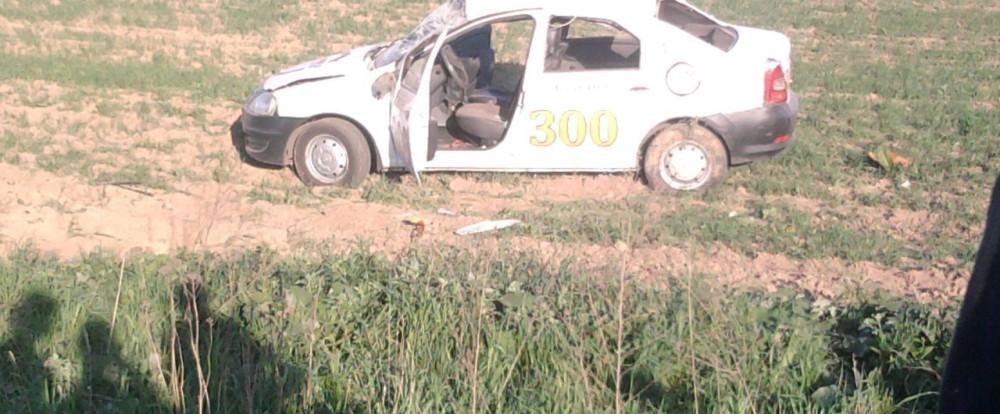 В Смоленске машина такси перевернулась в кювет.
