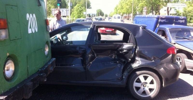 В Смоленске столкнулись трамвай и автомобиль.