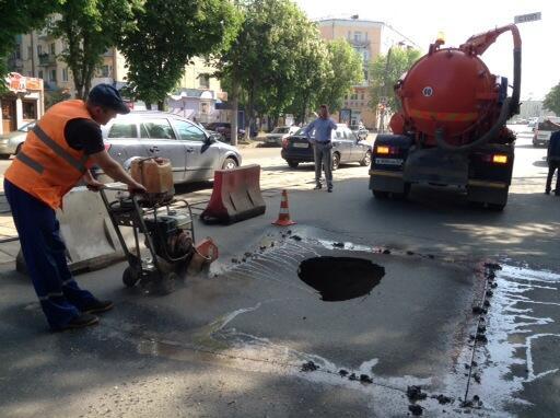 В Смоленске на дороге образовался огромный провал.