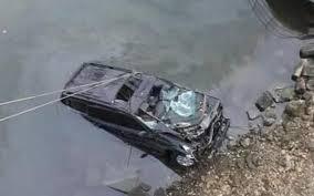 В Смоленской области машина свалилась в реку.