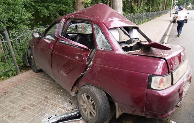 В Смоленске машина врезалась в столб.