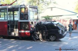В Смоленске внедорожник протаранил трамвай, есть жертвы.