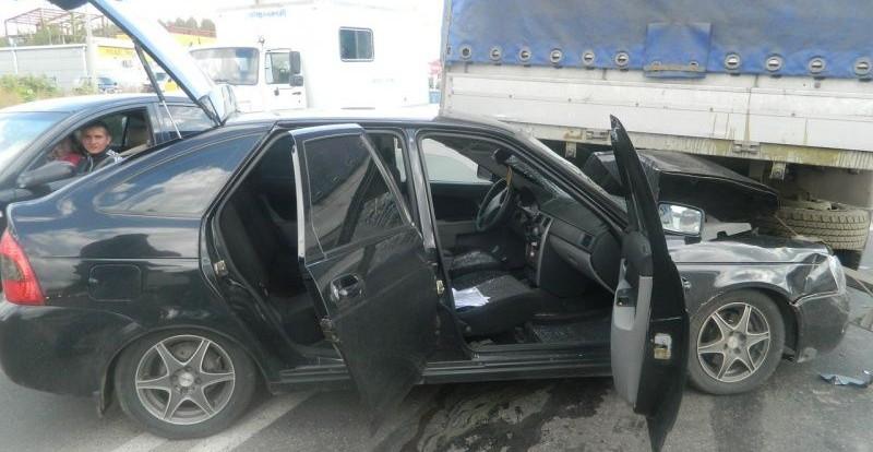 В Смоленске легковушка «заскочила» под грузовик.