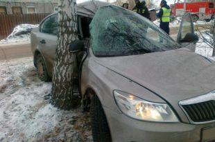 В Смоленске автомобиль BMW врезался в дерево возле ЗАГСа