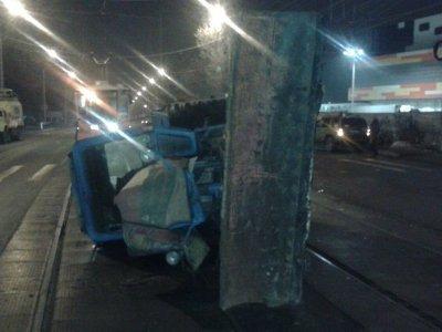 В Смоленске трактор врезался в легковушку и завалился на рельсы
