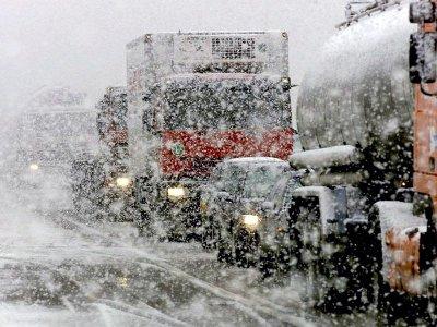 При первом снегопаде на дорогах Смоленска образовались заторы