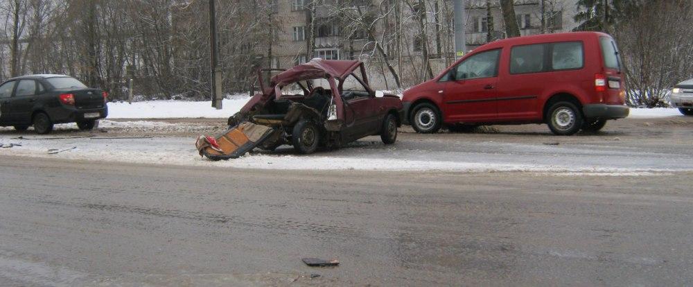 В Смоленске столкнулись пассажирский автобус и автомобиль Ока.