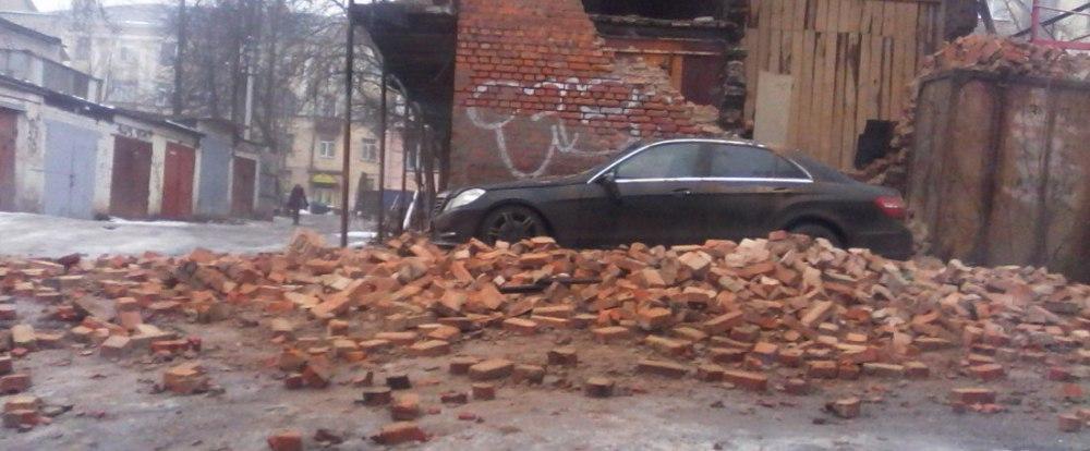 В Смоленске на припаркованную иномарку обрушилась кирпичная стена.