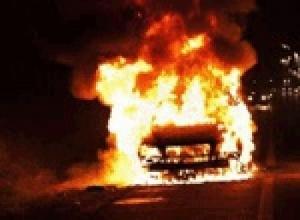 В Смоленске ночью подожгли дорогую иномарку.