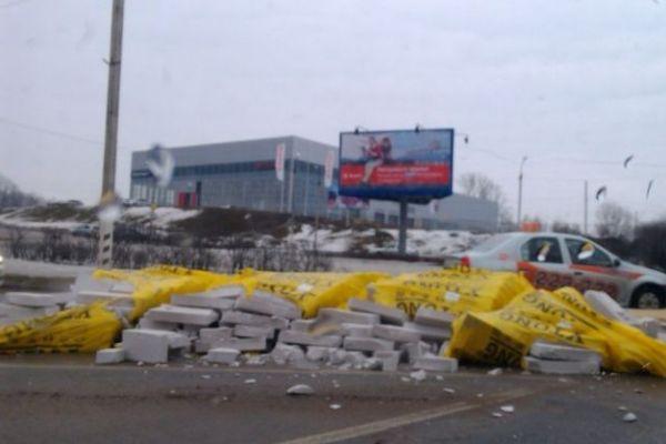В Смоленске опрокинулся Камаз с бетонными блоками