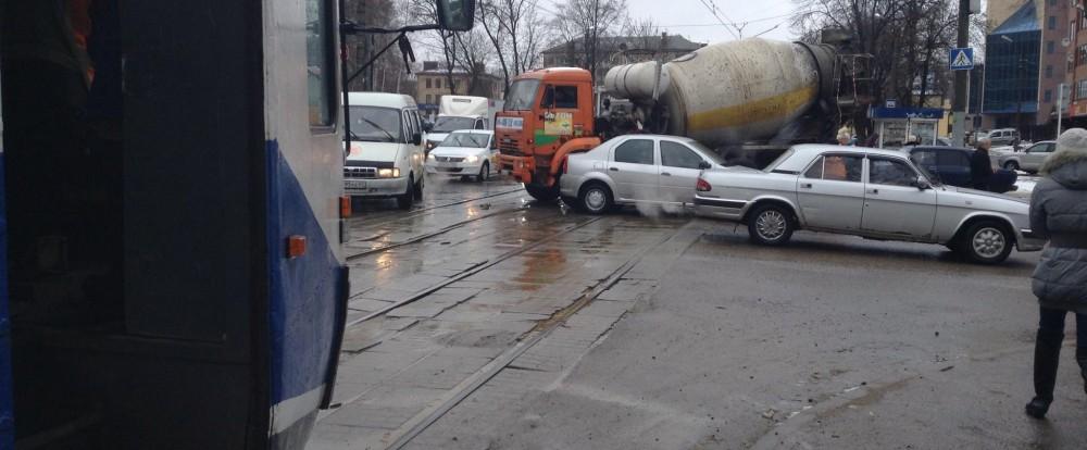 В Смоленске столкнулись иномарка и большой грузовик