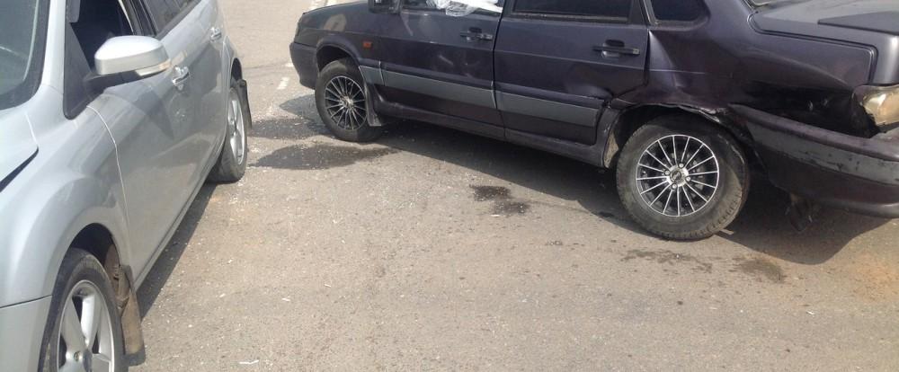 На Московском шоссе в Смоленске столкнулись два автомобиля.