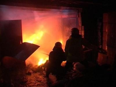 В Смоленской области гараж сгорел вместе с автомобилем внутри.