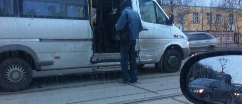 Иномарка протаранила маршрутку в Смоленске.