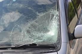 Смоленский автолюбитель лишился лобового стекла из-за порывистого ветра.