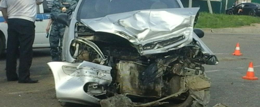 Citroen, проехав на «красный», протаранил ВАЗ-2104.