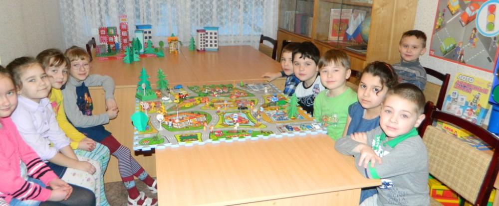 Смоленских дошкольников обучают ПДД.