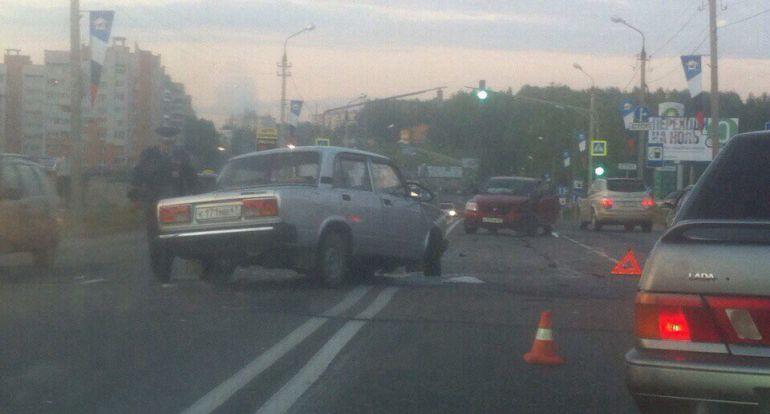 «Пятерка» столкнулась с иномаркой на проспекте Строителей в Смоленске.