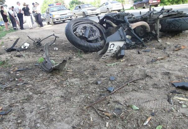 В Смоленске мотоциклист не справился с управлением и врезался в дерево