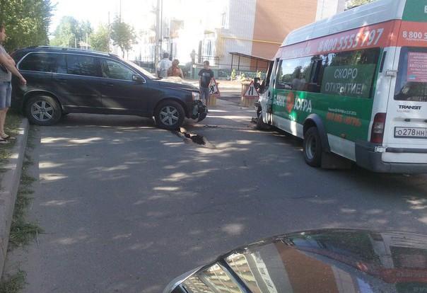 На ул. Черняховского внедорожник столкнулся с маршруткой