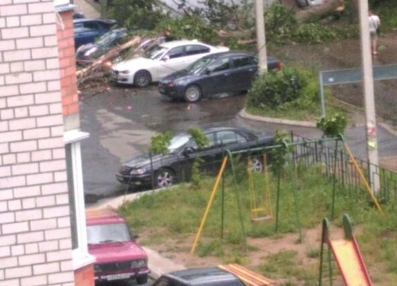 Непогода бушует в Смоленске, страдают автомобили.