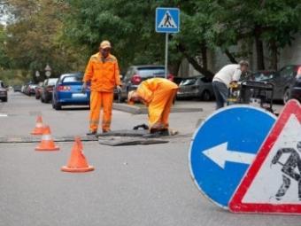 На оживленной дороге в Смоленске провалился асфальт.