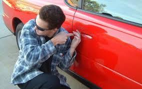 Парень воровал вещи из авто.