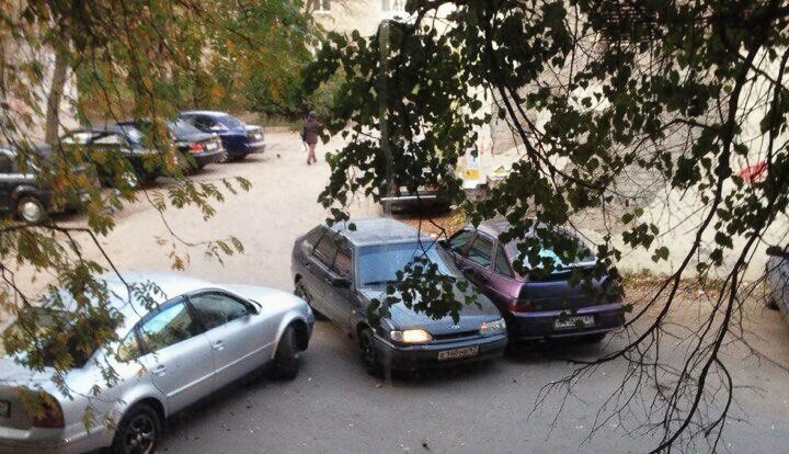 Жители Смоленска жалуются на пробки во дворах.