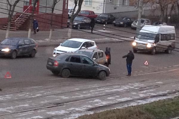 Пятничное утро в Смоленске началось с аварии на трамвайных путях