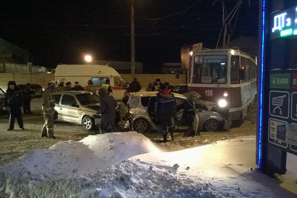 В Смоленске трамвай столкнулся с тремя автомобилями