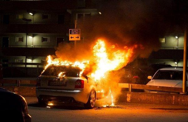 В Смоленске на Рыленкова Toyota RAV4 и Chevrolet Niva пострадали от пожара