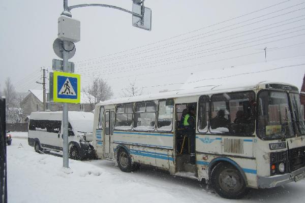 В Смоленске на улице Марины Расковой микроавтобус столкнулся с ПАЗиком