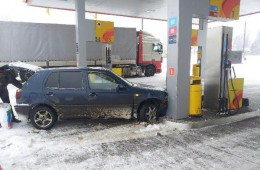 В Смоленском районе «Фольксваген» врезался в бензоколонку на заправке