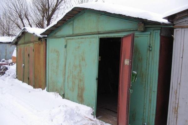 В Смоленске двое мужчин больше полугода воровали из гаража предприятия