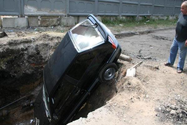 В Смоленске машина провалилась под землю