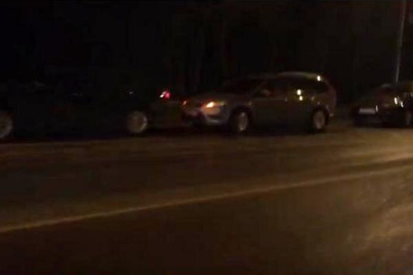 В Смоленске на проспекте Строителей пробили колёса сразу несколько авто